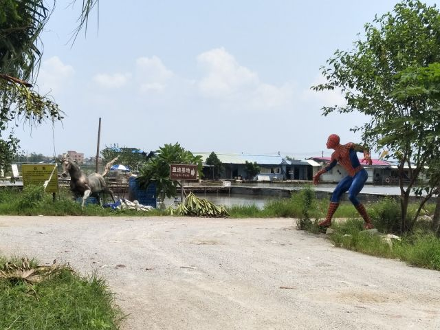 なお釣り堀もいってみた。謎の馬とスパイダーマンのオブジェが。