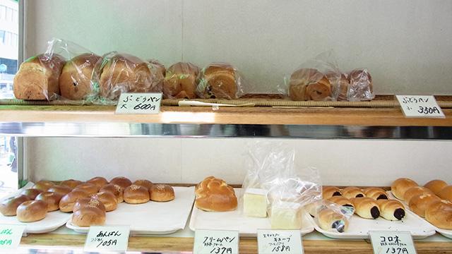 上の段に並んでいる食パンは全部ぶどうパン。人気なだけあってたくさん並んでいる。大600円、小350円。