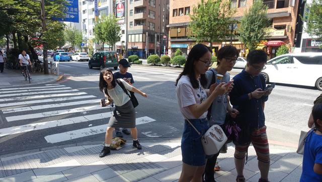 並びながらソフトクリーム食べてる若いグループがいた。彼らは中国語で会話しているようす