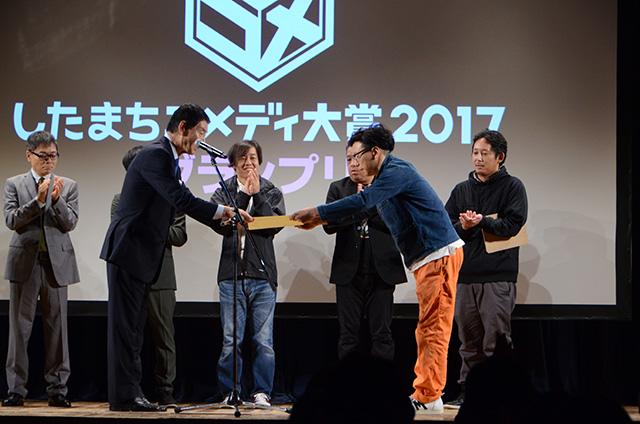 ©「したまちコメディ映画祭in台東」実行委員会 去年ふざけてタキシード着てきたのだが、今年はもしかしたらもらえるかもしれないと思いふだんの服で着た。逆のことをしている…