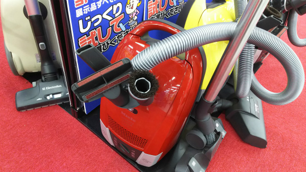 赤いから緑色の掃除機の3倍早く吸える。かっこいいし、かわいい。