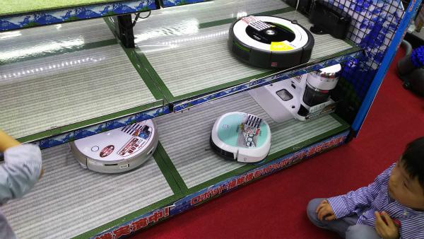 ロボット掃除機の実演コーナーでは、子どもたちがずっと見ていたがその気持ちわかる。上に乗せて「合体!」と言っていた。