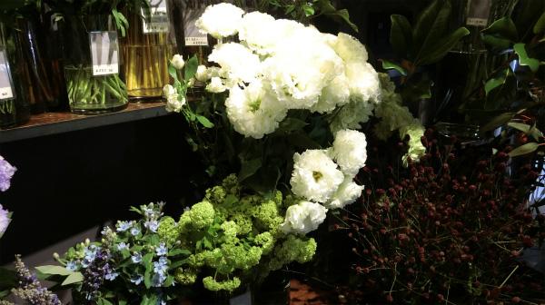 ちなみに花の色は目に優しい白と緑が人気らしいです。