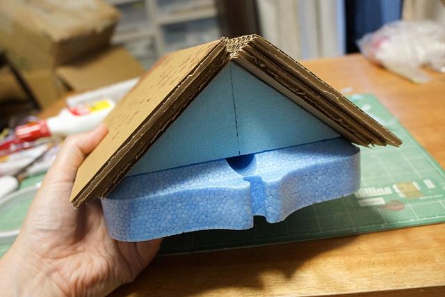 とりあえず屋根設置できたが、てっぺんの隙間のことはまだ考えていない。
