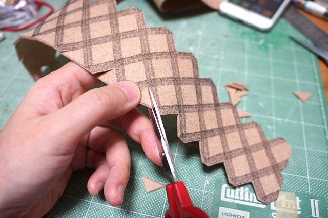 さてどうやってあの格子を簡単に作りこめるかさんざん悩んで、なぜかフェルト布を切って貼ることに。本当にいいんか?