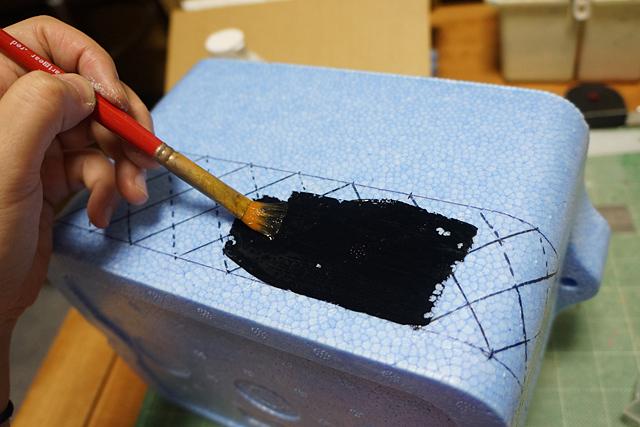 …というわけで、さっきの下書きがさっそく意味なくなったわ。下地の黒を塗る。