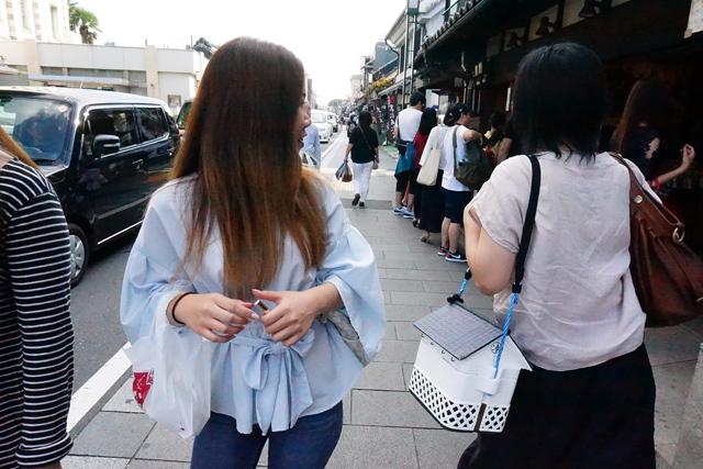 撮影してくれた担当石川氏の談では「コレは蔵ボックスじゃなくてお店の何かに振り返った」っぽい。