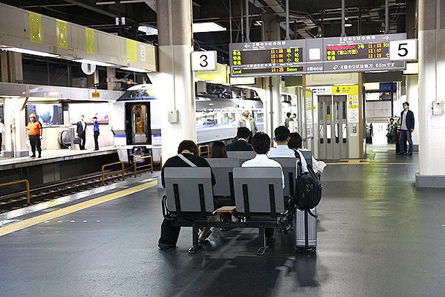金沢駅にて、ホームにあるベンチの向きが変。電車が来る方を向いています。関東では線路を向いています。