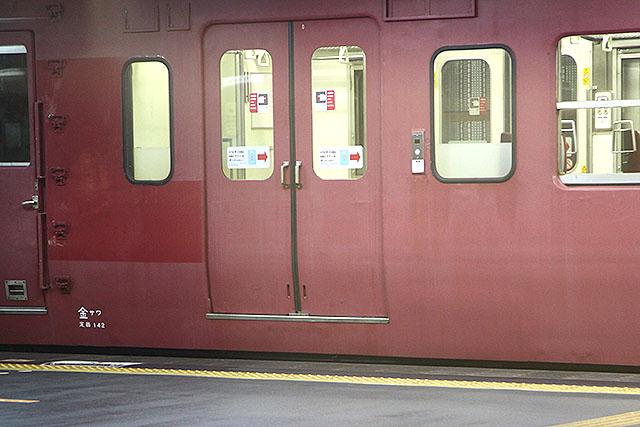 電車のドアとホームの段差がすごい。東京だとほとんど段差がないので、気付かず降りるとビックリします。