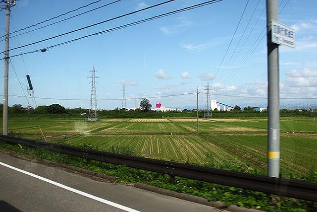 緑に赤い看板が目立つ。なるほど、イオンのあの赤は、田園風景で目立つようになっているのだ。