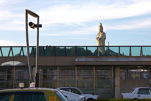 駅の向こうに観音様。高さは73m。牛久市の牛久大仏よりは小さいが大きい。