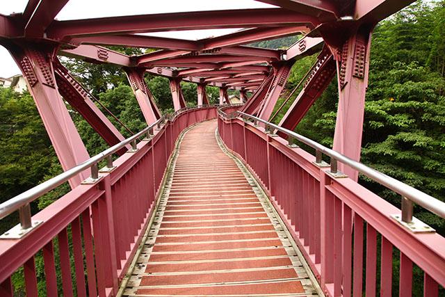 橋脚はなく、95mの橋は空中を通っています。