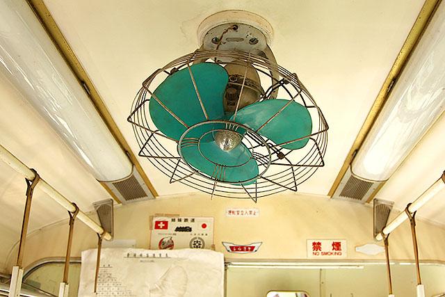 昔、電車にはクーラーがなくて夏はこういう扇風機が回ってたんですよ。暖房はあった気がします。