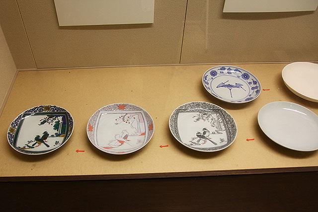 製作工程。まず白い皿を焼いて、輪郭線を書いて焼いて、色を付けて焼く。何回も焼くので手間が掛かってるのです。