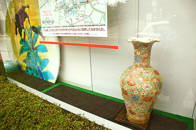 銀行のショーウインドーです。加賀は至るところにこういう壺が置かれています。これは、いいものだ!