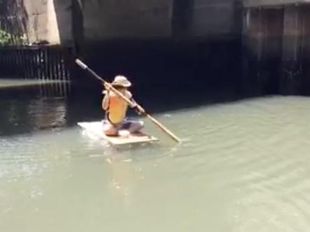 名古屋のとある橋の下のにごった水面にて