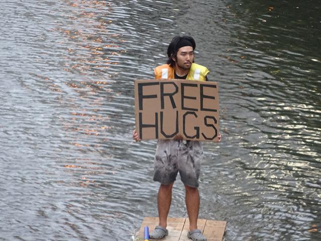 川でフリーハグをやってみた