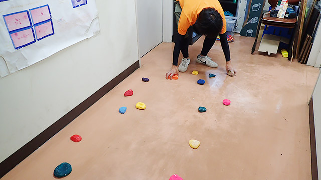 床に石を並べます!