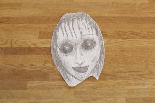 怖そうな顔を描いて風呂のすりガラスに貼ってみよう。