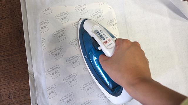 布に転写できる紙でプリントアウトし、アイロンで白い布に転写する。