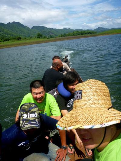 木製の小舟にすし詰めで湖を渡る。