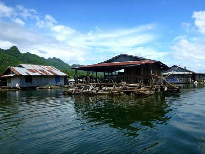 ダム湖は水位の増減が激しく、コブラなどの危険生物も多い。「じゃあいっそ水の上に家建てちゃえば?」と、東南アジアの水上家屋文化はそんなノリから始まったのかもしれない。慣れてしまえばとても快適だが、強いて言うとゴキブリが多いのが難点。