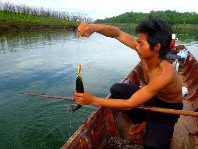 ハンモックに揺られ寝てるところに声をかけて、船を出してもらった自分と同い年の漁師、POY氏。