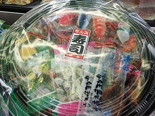 岡田かめや店頭でみつけた乾き物パック。寿司っぽい包装がかわいい。