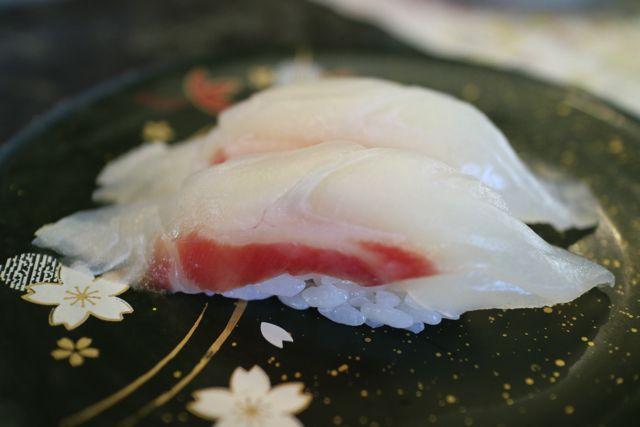 食べます。ちなみにこちらはイシダイのお寿司。