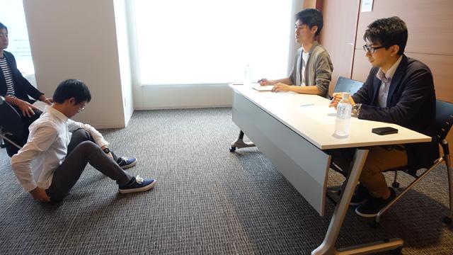 順番に同じ演技をやってもらう。会社員の中野坂さん(仮名)。