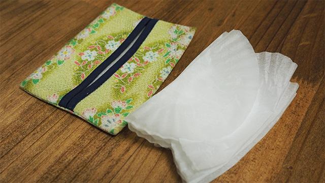 9号サイズの合紙は幅がティッシュケースにピッタリ。交互に重なるように積み重ねておく。