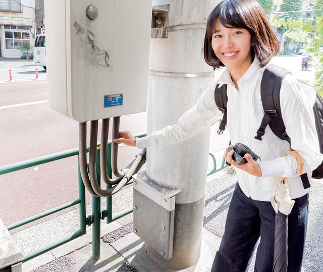 今回、電線の愛で方指南をお願いした石山蓮華さん。なぜこんな写真でご紹介なのかは、以下読み進めていただければ分かります。