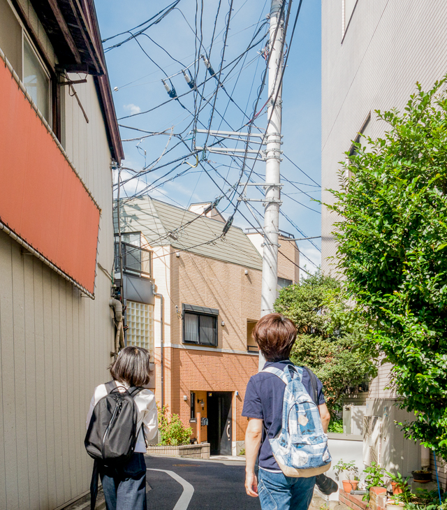 こういう住宅街の路地の電線もいい。