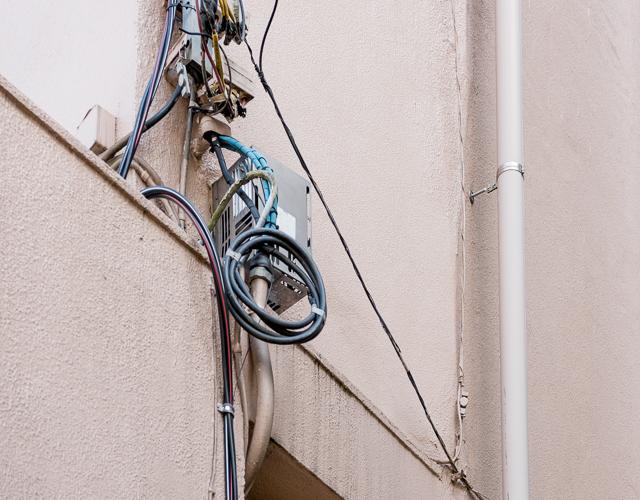 「あの巻きだめも良いですね」と石山さん。電柱や空中にあるものだけでなく、建物に引き込む手前の電線も等しく愛でているようだ。