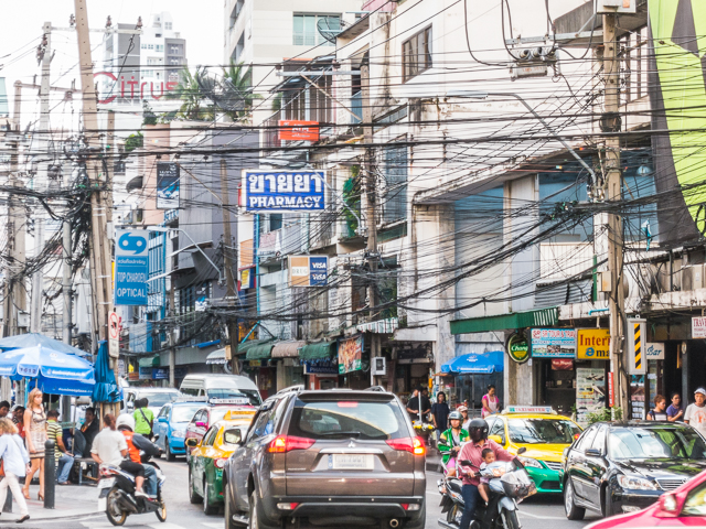 というか、バンコクは全般的に電線がすごいことになってる。