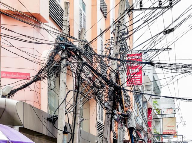 同じ電線でも日本とは全く違う。タイの巻きだめは単に「ちゃんと長さを揃えて切断すべきところを放置」な気もするが、どうなんだろうか。