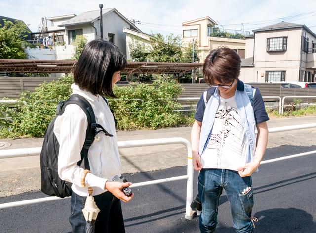 道端でやおらシャツをはだける人。自慢の電線Tシャツである。