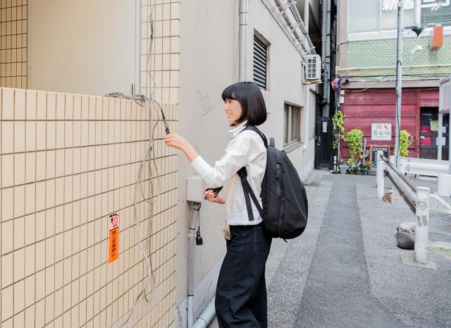 なんて考えていたところ、ふと見ると石山さんったらその後ろの電源タップに惹かれていた。ぬかりないな。