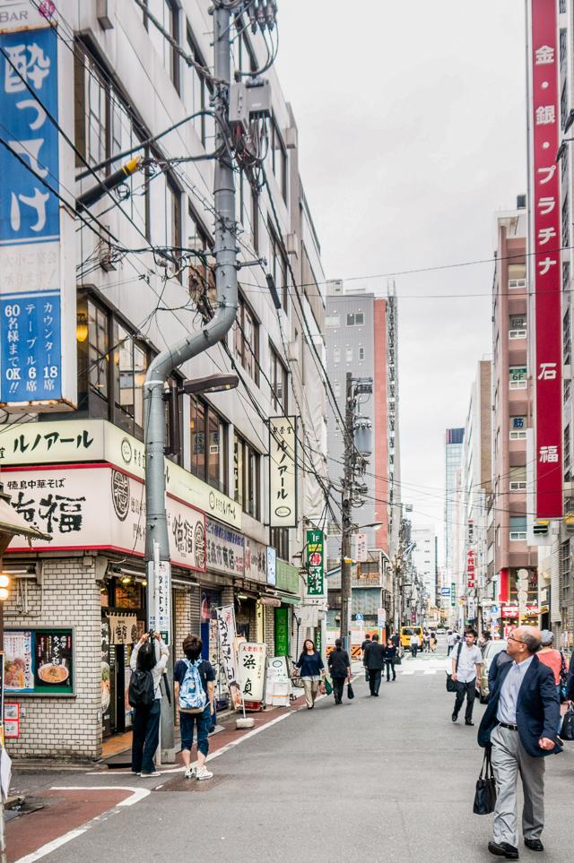 神田名物曲がり電柱に駆け寄り見上げる石山さん。よかった。気に入ってくれたようだ。