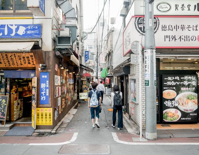 電柱の横、飲食店の裏手と、小さな呑み屋がひしめく細い路地にいい電線の気配を感じ取った石山さん。