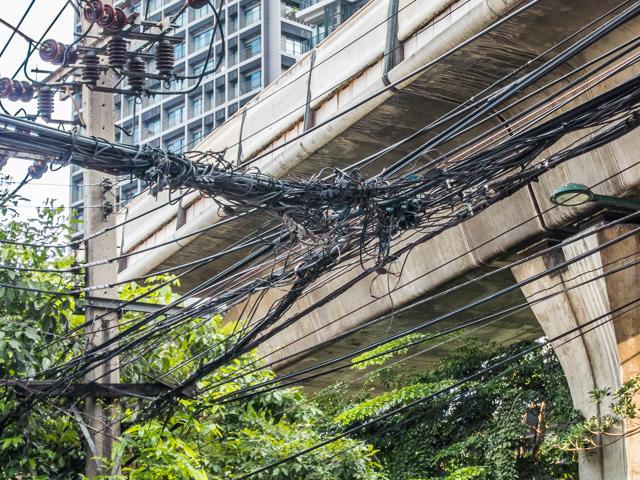 ちなみに似たような空中分岐の様子をバンコクでも写真に収めていた。無意識下でこれに惹かれていたらしい。それにしてもこれはひどい。きらいじゃないけど、さすがにこれは心配になる。日本の電線はほんとうにちゃんとしていると思う。