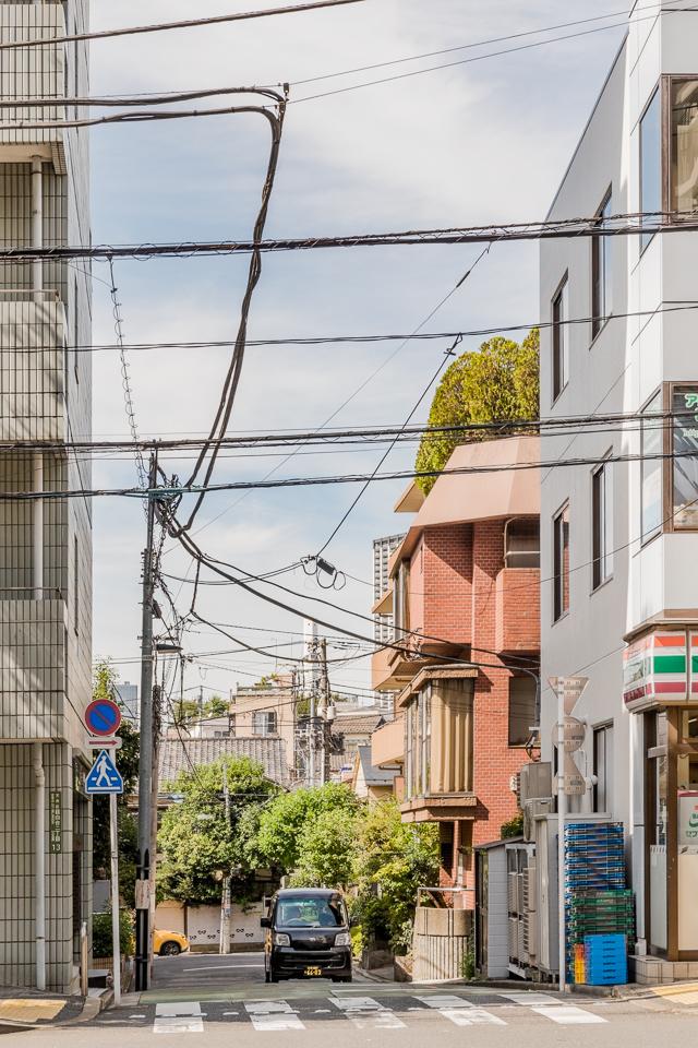 こういう風に、道の角に電柱が立てられず、ワイヤーでひっぱりつつ空中で90度曲がる電線の様子とか、ほんとうに素敵だと思う。