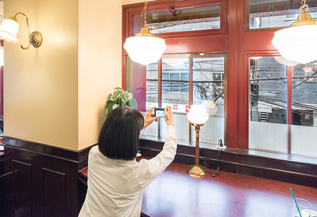 で、2階席へ。コーヒーの前にまずはアイレベルの電線景を楽しむ。