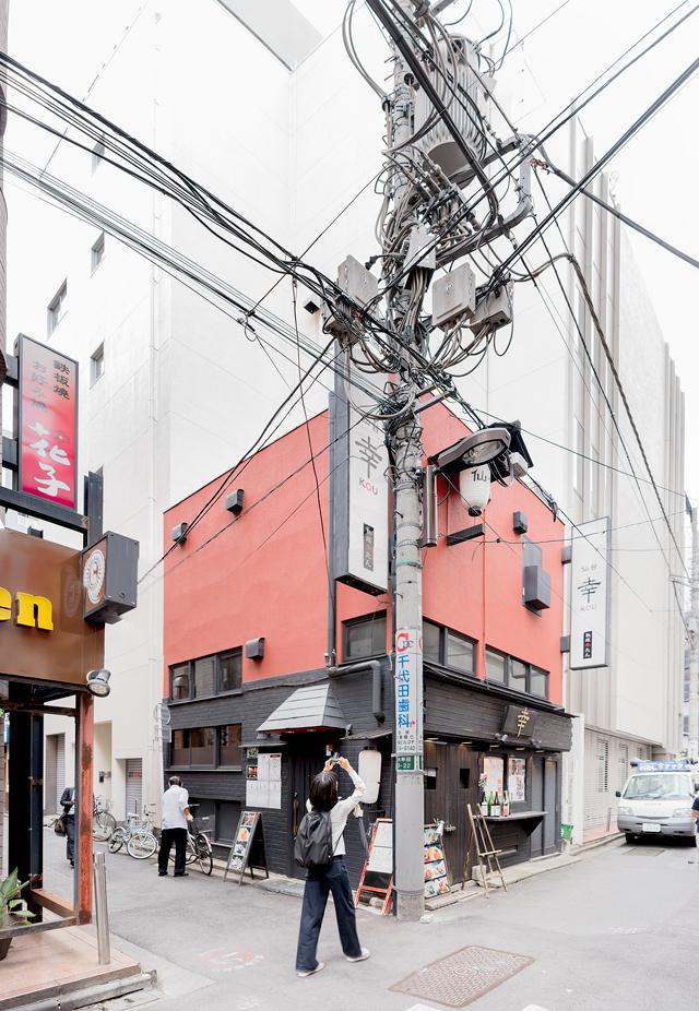 曲がり電柱ではないですが、同じく神田にあるこの物件。