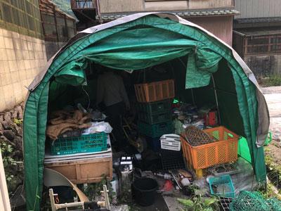 Hさんが倉庫にしているテントで装備を物色。「頭にかぶるネットはあったはずやけどなー。」おお、それ一番大事なやつ!