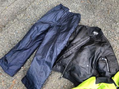 まずは中綿入りの防寒具。毒針が皮膚に到達しないよう、シャツやズボンの上に羽織って着膨れする。
