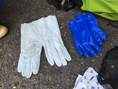 「トゲが刺さりにくい!」という謳い文句で販売されていたニトリル手袋をはめ、その上からもうワンサイズ大きな牛革手袋を重ねる。計算上はこれでなんとかなるはず…。