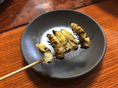 蛹の塩焼き。ねっとりした口当たりに、幼虫よりも濃い滋味。生で食べて気になったえぐみや喉への刺激もなくなった。