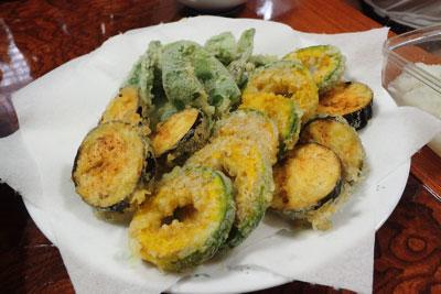 帰り際に畑で採れた野菜の天ぷらをいただいた。…抜群にうまかった。蜂の子もいいが、人の手で育てられた食材がどれだけ完成しているかを思い知った。平和になった畑で、これからもおいしい野菜をたくさん作ってください。