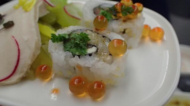 寿司の外であばれるいくら